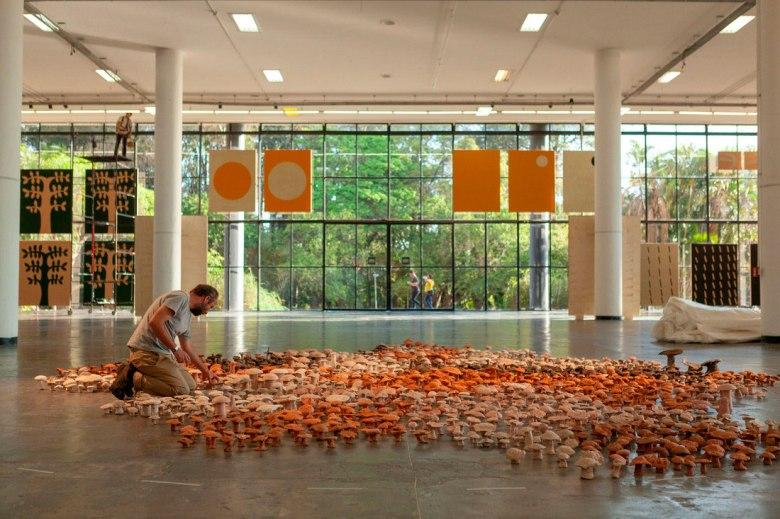 Antonio Ballester Moreno montando a exposicao sentido_comum na 33 Bienal_ Foto Pedro Ivo Trasferetti_ Fundacao Bienal de São Paulo